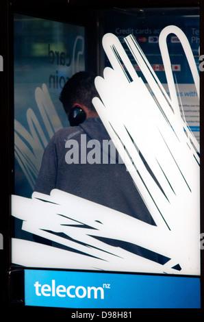 Man spricht in einer Straße Telekom Münztelefon Telefonzelle, Neuseeland - Stockfoto