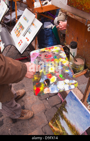A street artist at work in the famous Place du Tertre in Montmartre, Paris, France - Stockfoto