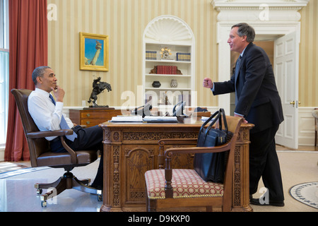 US President Barack Obama talks with Mark Childress, Deputy Chief of Staff for Planning, in the Oval Office of the - Stock Photo