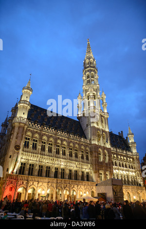 Night shot of the Town Hall (Hotel de Ville) in the Grand Place, Brussels. Originally the city's central market - Stock Photo
