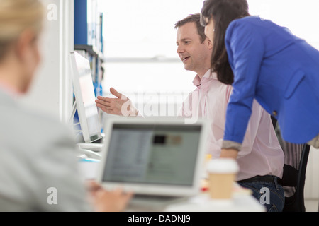 Business colleagues looking at computer monitor in office - Stockfoto