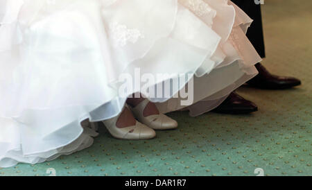 The bride and groom sit next to each other at the registrar's office in Magdeburg, Germany, 05 September 2011. Photo: - Stockfoto