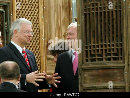 (R-L) German President Horst Koehler and Hessian Prime Minister Roland Koch chat at the opening of the documenta - Stock Photo