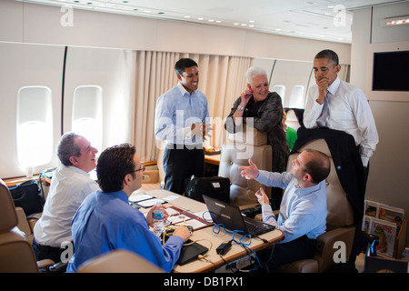 US President Barack Obama talks with senior advisors aboard Air Force One during a flight from Johannesburg to Cape - Stock Photo