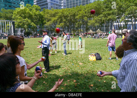 New York, USA. 26th July 2013. The Bryant Park Jugglers teach others and enjoy Juggling with one another in Bryant - Stock Photo