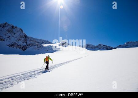 Skier walking across glacier, Stubai, Tyrol, Austria - Stockfoto