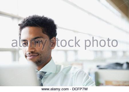 Businessman looking at computer screen - Stockfoto