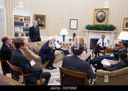 President Barack Obama meets with senior advisors in the Oval Office to discuss a new plan for the situation in - Stock Photo