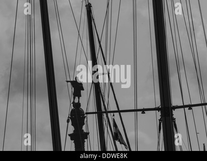 A statue of Christopher Columbus,pointing toward the horizon seem between many masts. - Stockfoto