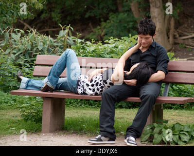 Young couple on a park bench - Stockfoto
