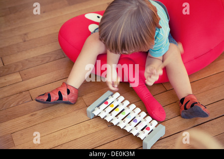 Little boy playing toy xylophone - Stockfoto