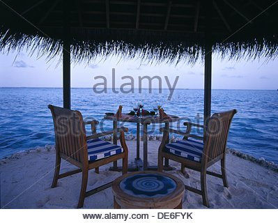 Restaurant table for romantic couples on the beach  Maldives, Indian ocean - Stockfoto