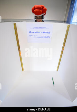 Hornberg-Reichenbach, Germany. 22nd Sep, 2013. Gerlinde Moser casts her vote while wearing traditional Black Forest - Stock Photo