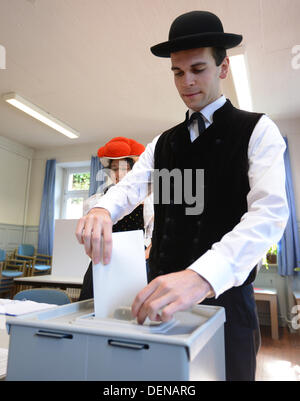 Hornberg-Reichenbach, Germany. 22nd Sep, 2013. Gerlinde Moser and Christoph Woehrle vote while wearing traditional - Stock Photo
