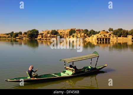 India, Rajasthan, Jaiselmer, Honeymooners on boat, Gadisar Lake - Stockfoto