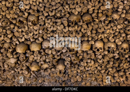 Stacked Bones And Skulls In The Ossuary, Capela Dos Ossos Parede Stock ...