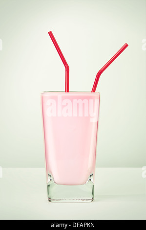 Strawberry milkshake with two straws for sharing. - Stockfoto