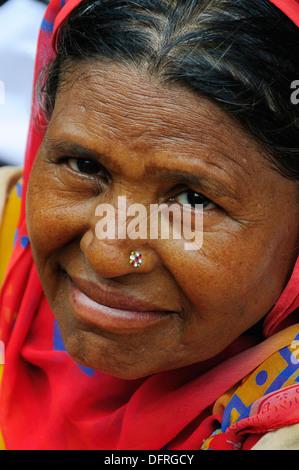 Eine Woche vor Rakhi Festival. Voll von Menschen, Verkauf und Kauf von bunten Rakhi auf der Straße in Alt-Delhi - Stockfoto