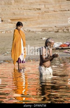 Ablutions in the Ganges, Varanasi. Uttar Pradesh, India - Stockfoto