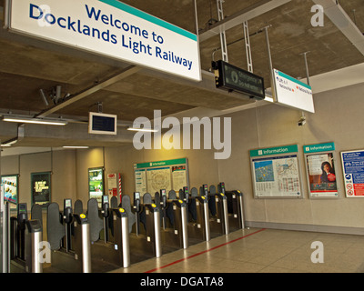 Ticket barriers at Woolwich Arsenal DLR Station, Woolwich, London, England, United Kingdom - Stockfoto