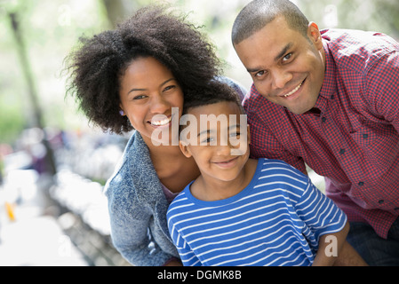 Two adults and a young boy taking photographs with a smart phone. - Stockfoto