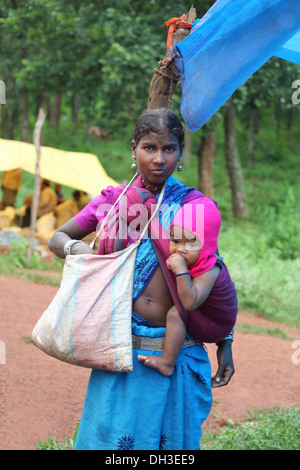 Mother and Child. Baiga Tribe, Chada village, Madhya Pradesh, India - Stock Photo