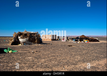 Nomad tent and dwellings of a nomadic family on a plateau, stony desert, hamada, Erg Chebbi, Southern Morocco, Morocco, - Stockfoto