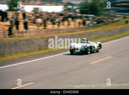 Stirling moss in an aston martin dbr1 le mans 24 hours for Moss motors used cars airport