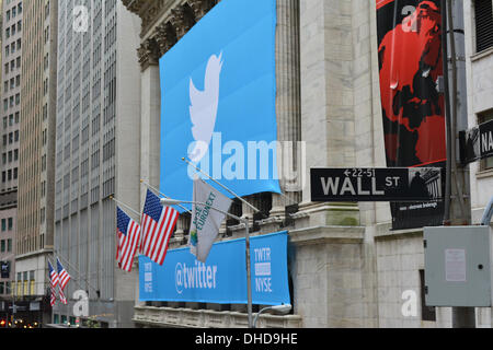 New York, NY, USA . 06th Nov, 2013. Twitter banner on the New York Stock Exchange as the popular social media site - Stockfoto