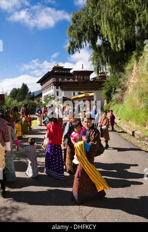 Bhutan, Thimpu Dzong, jährliche Tsechu Festivalbesucher nähert sich Dzong Festivalgelände - Stockfoto