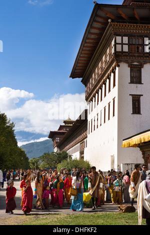 Bhutan, Thimpu Dzong, annual Tsechu, festival goers entering Dzong festival ground - Stockfoto