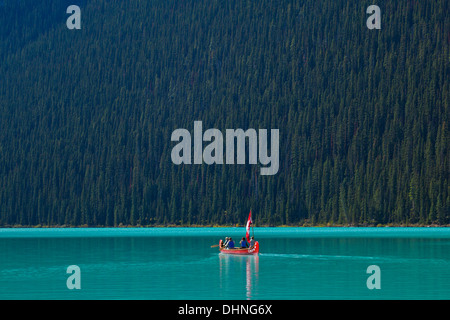 Two tourists in a Red canoe on Lake Louise Banff national Park Alberta Canadian Rockies Canada - Stockfoto