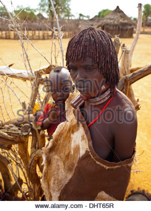 Hamer woman in traditional dress with baby - Stockfoto