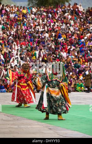 Bhutan, Thimpu Dzong, annual Tsechu, Dance of the Three Kinds of Ging Pelage Gingsum, costumed dancers - Stockfoto