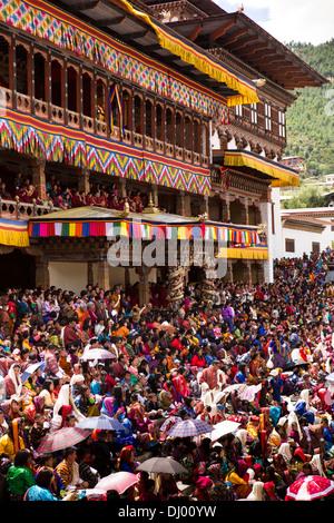 Bhutan, Thimpu Dzong, annual Tsechu, festival capacity crowd in front of Dzong - Stockfoto
