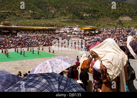 Bhutan, Thimpu Dzong, annual Tsechu, festival audience sheltering from sun - Stockfoto