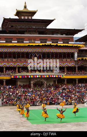 Bhutan, Thimpu Dzong, jährliche Tsechu Tänzerinnen vor Kloster - Stockfoto