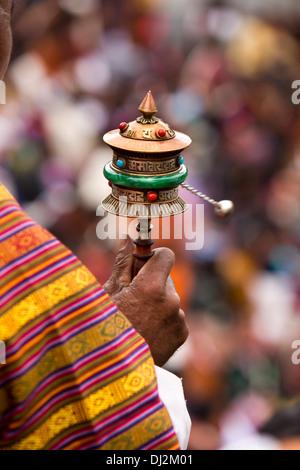 Bhutan, Thimpu Dzong, annual Tsechu, handoff old man spinning prayer wheel - Stockfoto