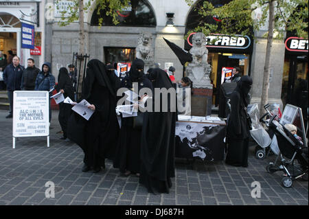 London, UK. 22nd November 2013. Burqua clad women at Anjem Choudary's Islamic Roadshow distribute leaflets at protest - Stock Photo