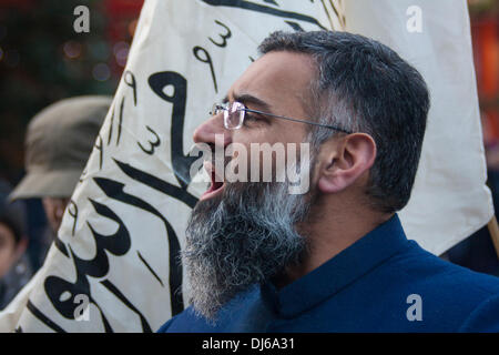 London, 22 November 2013. Radical Islamist preacher Anjem Choudary speaks as his Islam4UK hold a protest and leafleting - Stock Photo