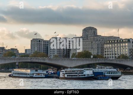 Thames Vergnügen Kreuzfahrten fahren Sie unter Waterloo Brücke; Shell - Mex Haus Gebäude bildet die Kulisse - Stockfoto