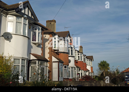 row of 1930s terraced houses with bay windows in twickenham, middlesex, england - Stockfoto