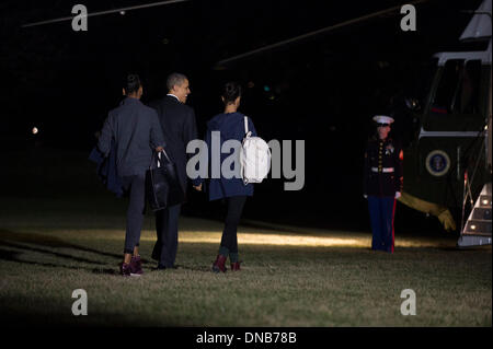 Washington, DC, USA. 21st Dec 2013. United States President Barack Obama walks with his daughters Sasha (L) and - Stock Photo