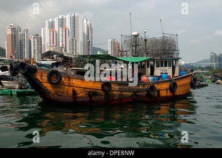 Junk sitting in the harbour of Aberdeen, Hong Kong China - Stock Photo