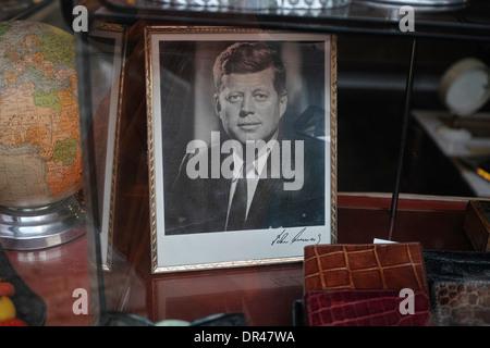 Foto von John F Kennedy in einem Schaufenster, Paris, Frankreich - Stockfoto