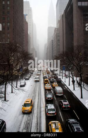 New York, NY, USA. 21st Jan, 2014. Vehicles drive slowly on the 42nd street in Manhattan, New York City, the United - Stock Photo