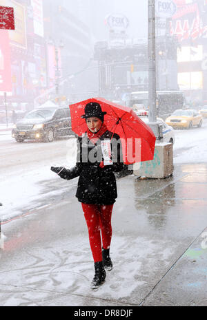 New York, NY, USA. 21st Jan, 2014. A musical promoter gives away fliers of the musical 'Chicago' in snowstorm near - Stock Photo