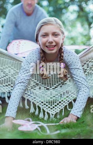Smiling girl laying in hammock - Stockfoto