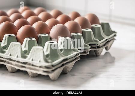 Carton palette with brown eggs - Stockfoto