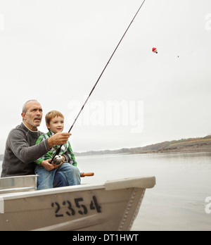 A day out at Ashokan lake A man showing a young boy how to fish sitting in a boat - Stockfoto